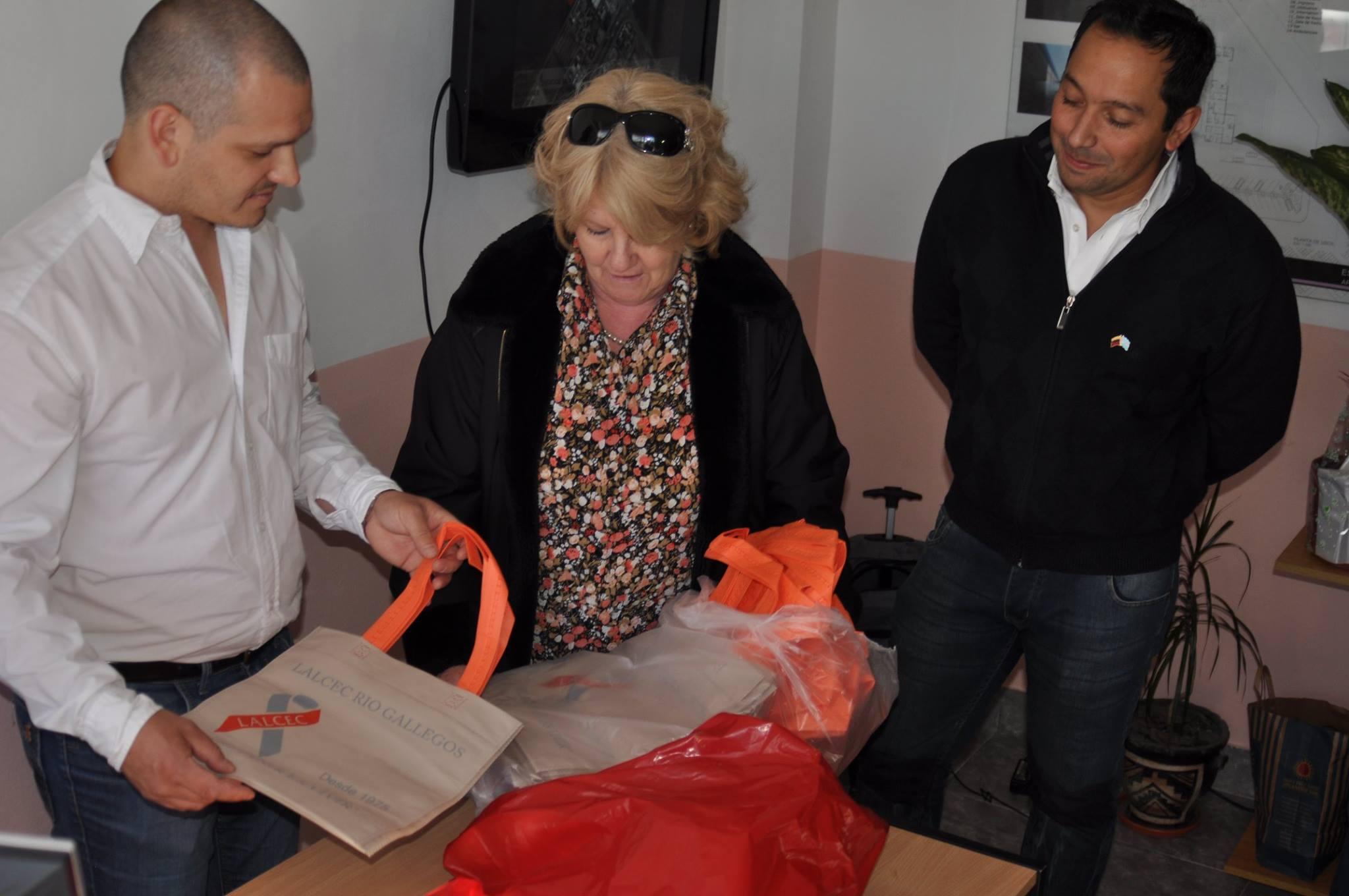 La Presidente de LALCEC de Río Gallegos hizo entrega a la sede local de elementos para comenzar con la campaña preventiva en la comunidad.