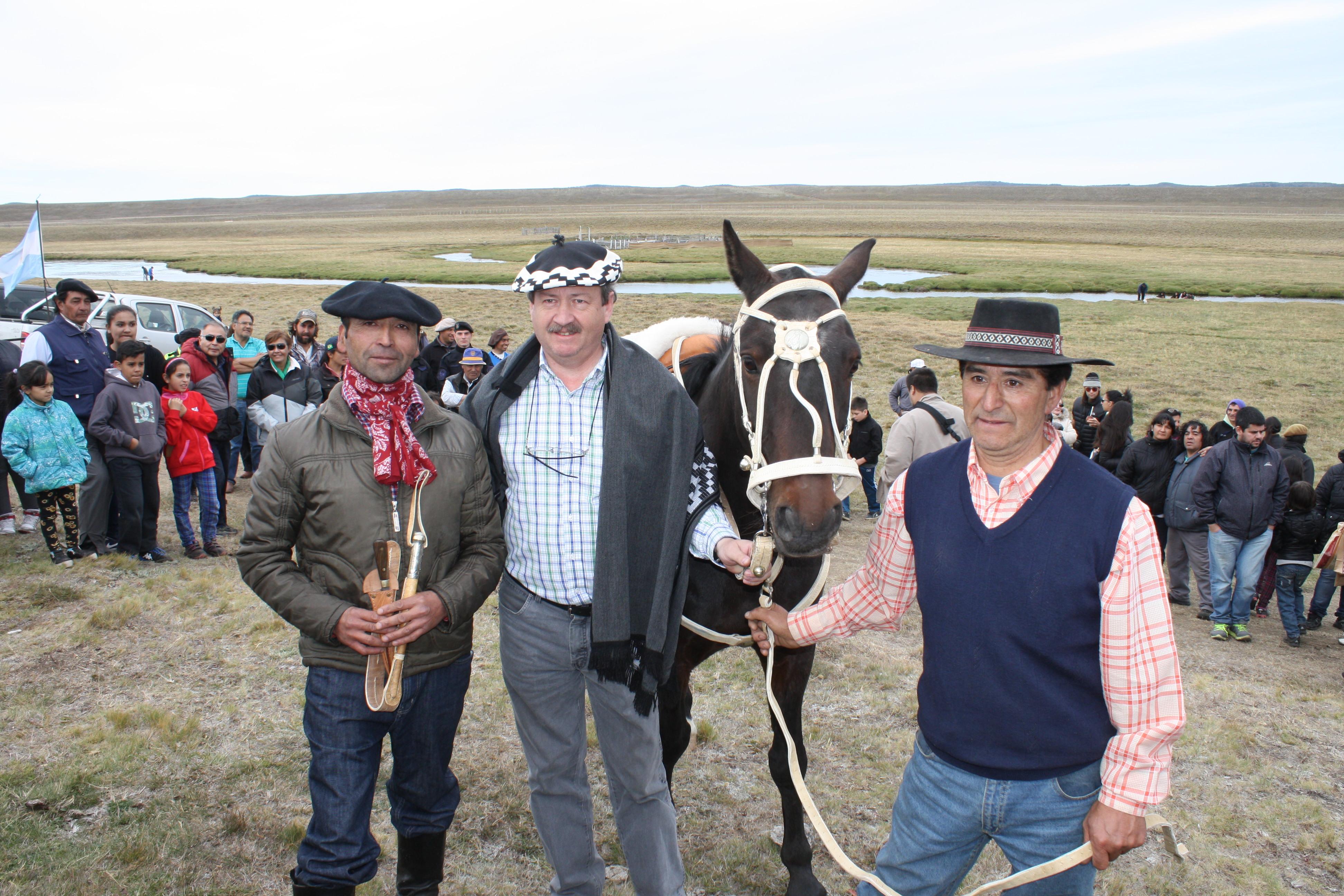 Alcalde de la comuna de Primavera Blagomir Brztilo, con capital en Cerro Sombrero, durante la visita que efectuó durante la presentación de las actividades realizadas para el 'Día del Ovejero'.