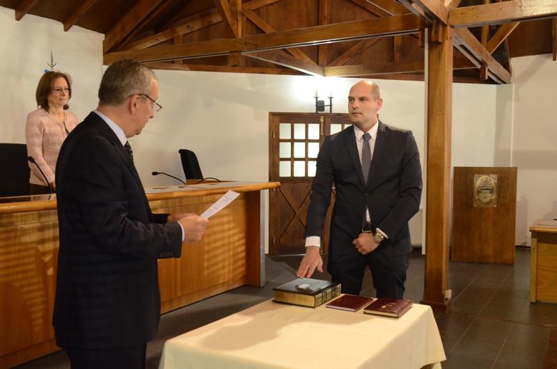 El doctor Gustavo Ariznabarreta toma juramento al doctor Danilo Marcos Cambio.