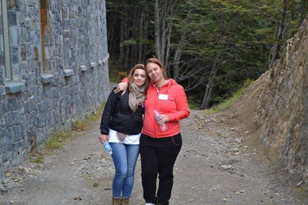 La sobreviviente de trata Alika Kinán con la joven que compartió la caminata. La semana próxima recibirá del Senado el reconocimiento como mujer destacada del año.