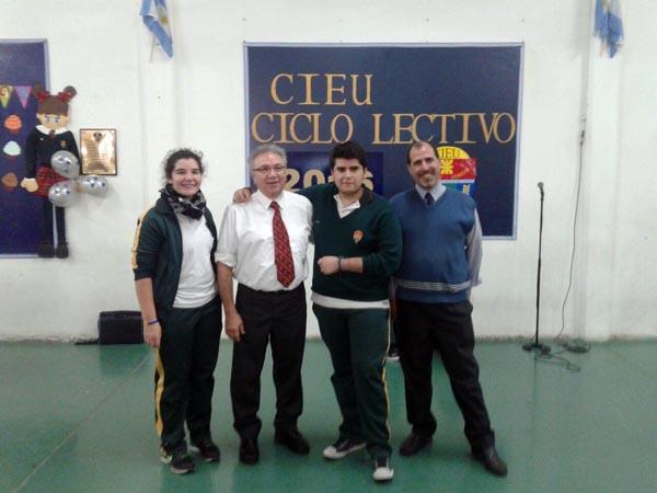 Mario Ferreyra, profesores y alumnos luego de la entrega de premios.