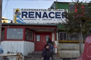 La presidente de la Cooperativa Renacer, Mónica Acosta, dio a conocer la factura de gas que recibió la fábrica recuperada, por un valor de 49 mil pesos.