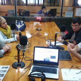 El Ingeniero Mario Ferreyra, la Licenciada Daniela Miquelestorena junto al Ingeniero Javier Álvarez y Carlos Clark dialogando en los estudios de Radio Universidad (93.5 MHZ)