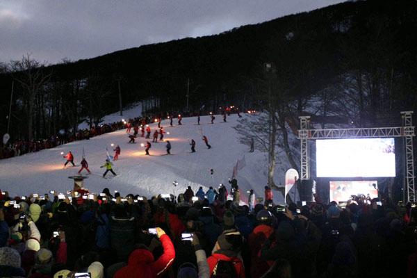 Cerro Castor inauguró la temporada invernal con la emblemática bajada de Antorchas.