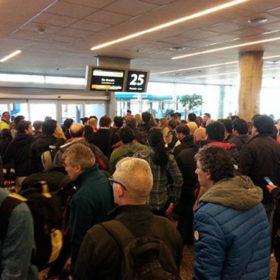 Luego de permanecer entre tres y cuatro días sin poder viajar a Tierra del Fuego, este miércoles habrá un vuelo especial hacia la provincia para comenzar a destrabar la situación en la que se encuentran miles de personas en el Aeropuerto de Ezeiza.