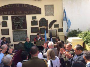 Momentos en el que el Decano de la UTN, Mario Ferreyra, hace entrega de una placa homenaje a José San Martín en Francia.