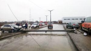 Conductor de Toyota Corolla chocó contra una columna, la quebró y la derribó. No hubo heridos.