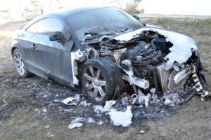 Estado en que quedó el automóvil Audi TT, perteneciente al concejal Raúl Von der Thusen.