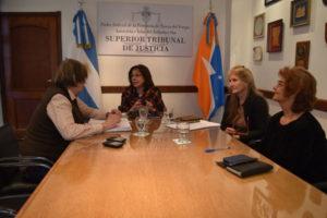 La doctora María del Carmen Battaini mantuvo un encuentro con autoridades de la Subsecretaría de Derechos Humanos de la Municipalidad de Ushuaia.