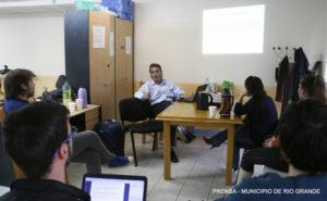 La doctora Judit Di Giglio, responsable del Centro Médico, fue entrevistada en el espacio municipal 'Somos Río Grande' que se emite por FM Universidad, sobre las capacitaciones en materia de rehabilitación.