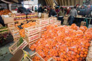 Fueron 2.700 personas las que pasaron por la feria y adquirieron los productos que se ofrecían. Fueron vendidos 10 mil kilos de frutas y verduras fraccionadas por 1 kg ó 1,5 kg, en tanto que se vendieron 1.500 bolsones familiares que contenían 9 kg de frutas y verduras.