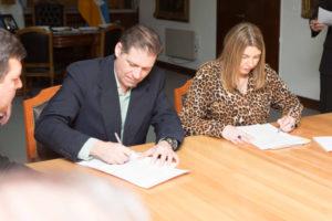 La gobernadora Rosana Bertone firmó este jueves los decretos de designación de 30 nuevos profesionales que se incorporan al sistema público de salud.