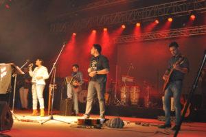 La espectacular velada comenzó con la presentación del Grupo Voces del Sur, ganador del Pre Cosquín 2016 que está por grabar su primer disco.