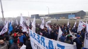 Unos mil quinientos metalúrgicos marcharon ayer y se manifestaron en un acto convocado por la UOM de Río Grande.