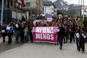 """Más de 800 personas de diferentes generaciones se adhirieron al paro Ni Una Menos para expresar su repudio y unirse al grito nacional """"Basta de Violencia y Femicidios""""."""