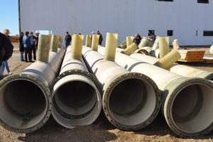Los enormes ductos que trasladarán el vital líquido elemento a las cisternas.