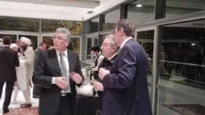 El decano Mario Ferreyra dialogando con el profesor Guido Vega, Premier Ejecutivo Megafilantrópico y con el secretario de Relaciones Internacionales, ingeniero Rubén Soro Martínez.