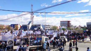 Miles de personas se movilizaron ayer al mediodía en la ciudad de Río Grande, convocadas por la Unión Obrera Metalúrgica local y con el acompañamiento de una veintena de gremios.