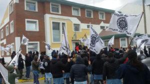 Dirigentes y delegados metalúrgicos de Río Grande se movilizaron ayer hasta la Delegación del Ministerio de Gobierno.