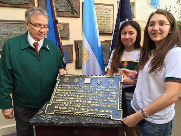 El Decano de la Facultad Regional Río Grande exhibe la placa junto a dos alumnas secundarias, Victoria Cabral del CIERG (Río Grande) y Lucrecia Rasclard del CIEU (Ushuaia).
