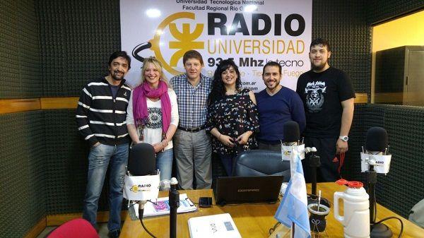 """El Intendente Melella junto a las conductoras de """"Somos Río Grande"""" y el equipo técnico de Radio Universidad (93.5)."""