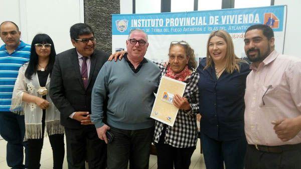 La gobernadora Bertone entregó lotes a vecinos de la Margen Sur acompañada del vicegobernador Arcando y autoridades del IPV.