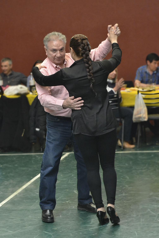 El decano de la Facultad Regional Río Grande, Mario Ferreyra, divirtiéndose en el brindis de fin de año.