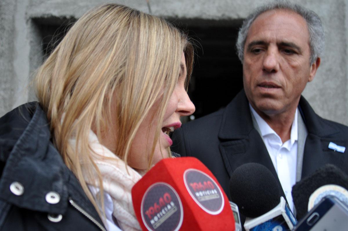 La gobernadora Rosana Bertone junto al viceministro del Interior, Obras Públicas y Vivienda, Alejandro Caldarelli.