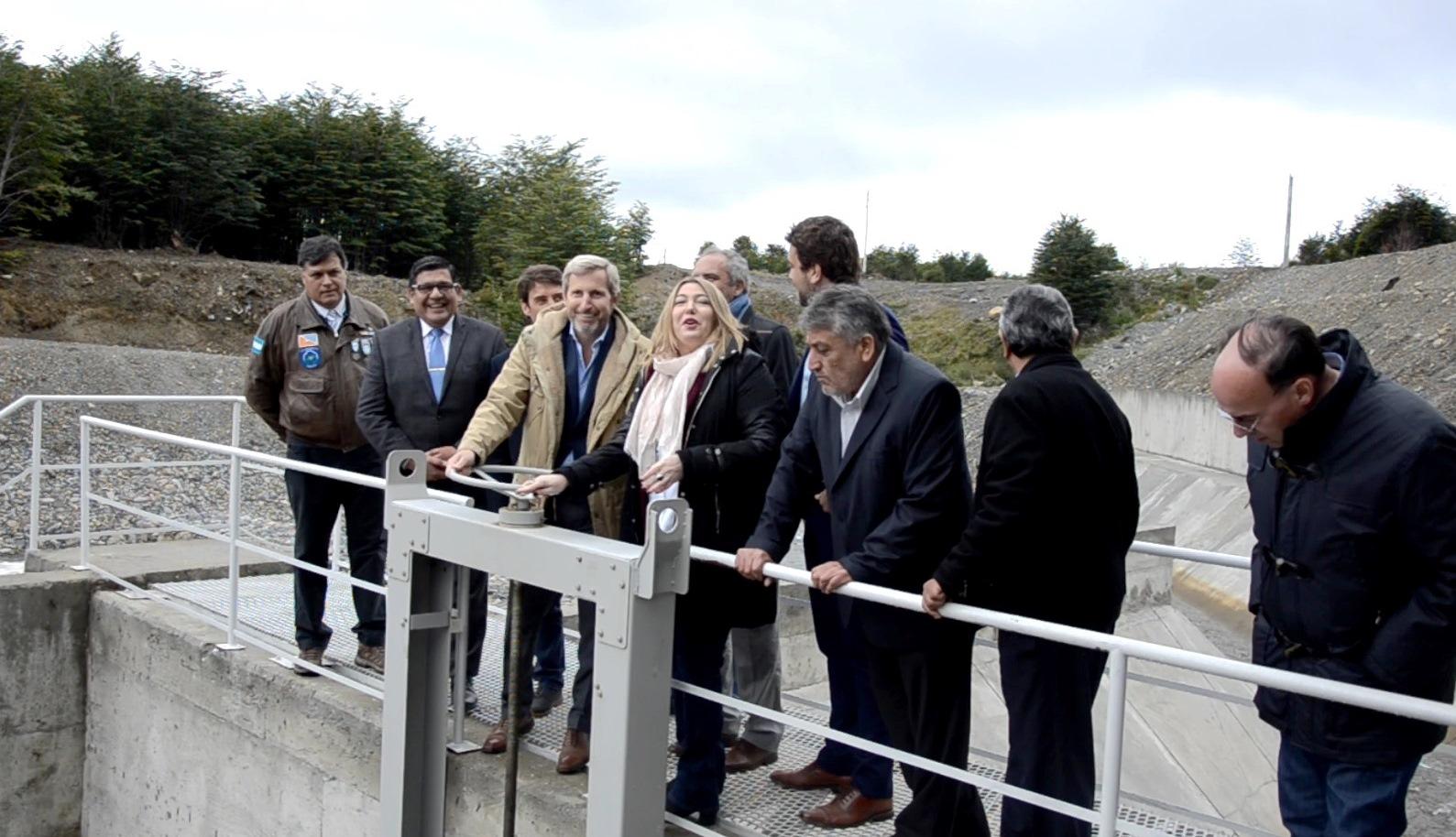 La gobernadora Bertone junto al ministro Frigerio en la inauguración de la planta del Río Pipo.