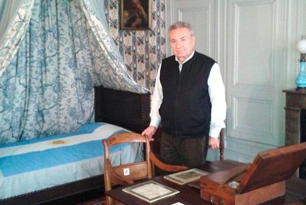 El Decano de la Facultad Regional Río Grande, ingeniero Mario Félix Ferreyra, en la habitación del General José de San Martín en Boulogne-sur-Mer, Francia.
