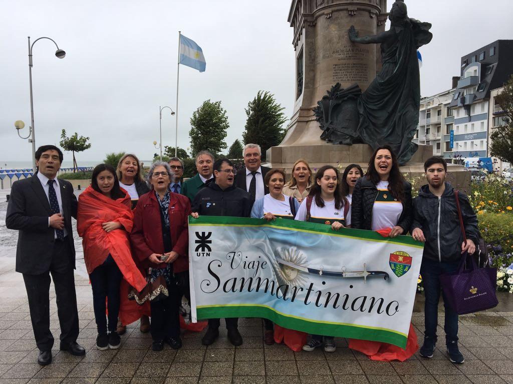 La comitiva fueguina cantando la marcha de San Lorenzo junto al embajador Argentino, Celaya Álvarez, y el intendente de Boulogne-sur-Mer, Frédéric Cuvillier,