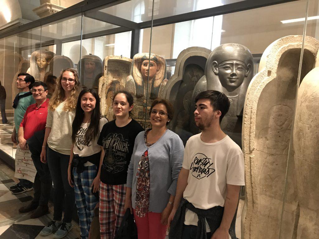 Carlos Cabral, Francisco Álvarez, Julia Rosenqvist, Victoria Cabral, Rocío Legnick, Mercedes Leiva e Isco Moreno visita Louvre.
