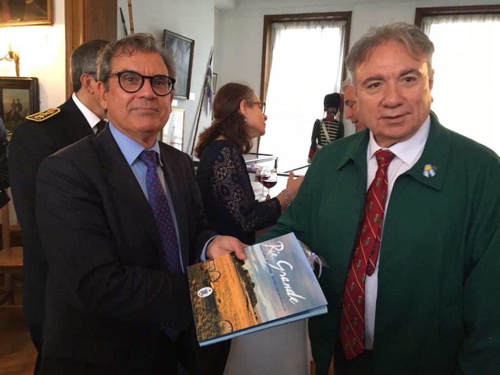 El Decano de la Facultad Regional Río Grande, Mario Ferreyra, junto al Canciller Darío Celaya Álvarez.