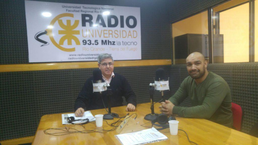 """""""El Negro"""" José Cortez visitó los estudios de Radio Universidad (93.5) antes de partir rumbo a Francia para sumarse al Stade Foyen."""