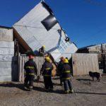 Por el intenso viento se desprendió una casa en Río Grande