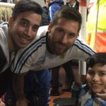 Messi le hizo un mimo a un nene fueguino