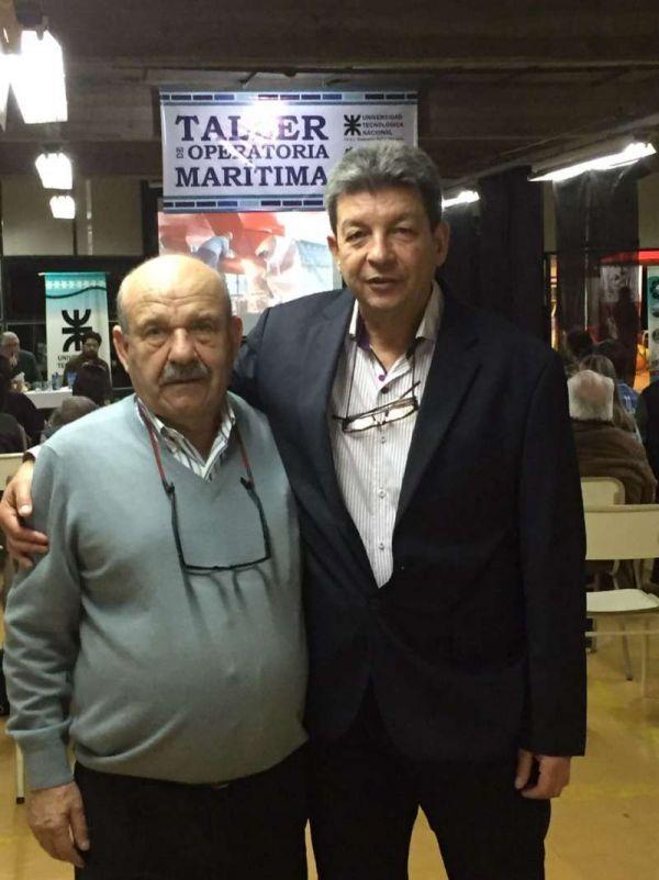 El Capitán Mario Galano y el ingeniero Francisco Núñez, responsable de la Extensión Áulica Ushuaia de la UTN, hacen un alto para eternizar el momento.