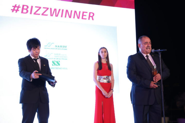 El Grupo Empresario Sardi de Río Grande ganó el premio mundial 'The Bizz' a la Excelencia Empresarial. Recibieron la distinción Antonio y su nieto Guido.