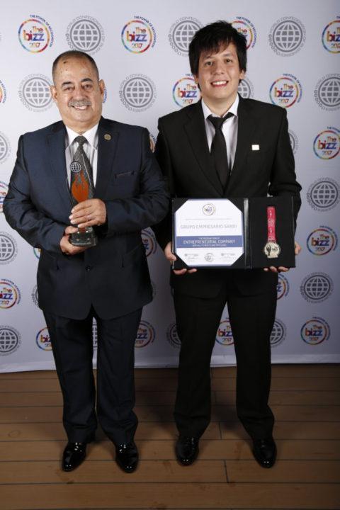 """""""Este es el premio internacional número 17 que recibimos, pero en particular, éste es de la Organización Mundial de Negocios"""", destacó Sardi, quien vino a los estudios acompañado por su nieto Guido."""