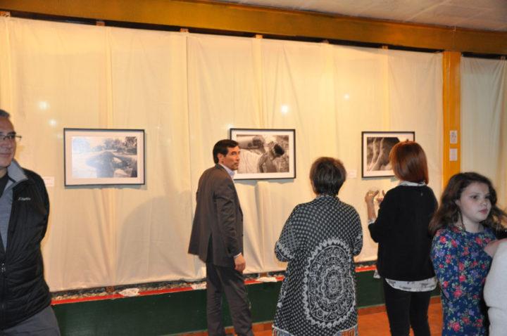En esta ocasión se presentan retratos, la mayoría capturados de forma casual, siguiendo el mismo concepto y se compone de seis fotografías, tres en blanco y negro y tres en color.