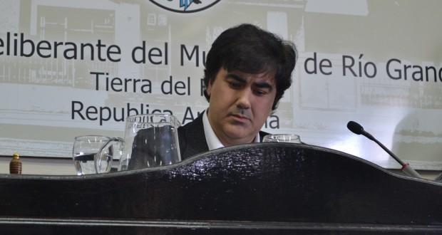 EN LA MIRA. El concejal y Presidente del Concejo Deliberante de Río Grande, Alejandro Nogar, continúa en el centro de las críticas debido a la falta de transparencia en la administración del Concejo.
