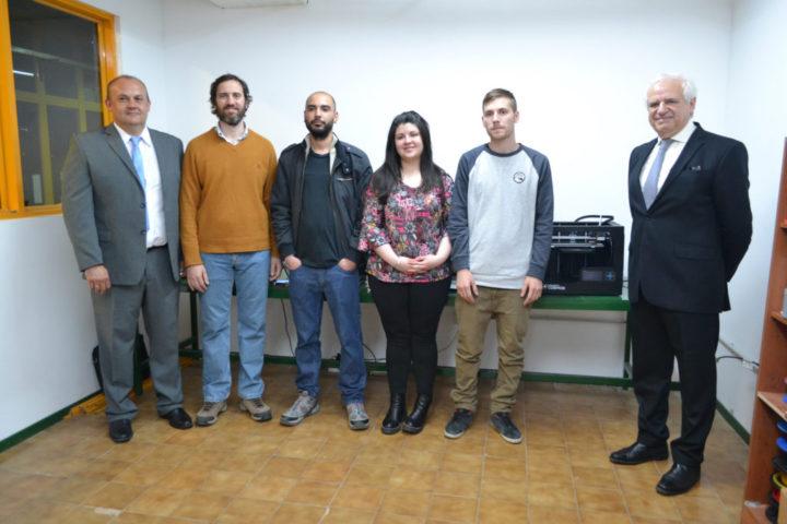 De izquierda a derecha, el Ing. Omar Pintos (gerente de Roch), Javier Chacra, responsable de Relaciones Institucionales de la empresa Roch, Gonzalo Rasso alumno de la UTN e integrante del laboratorio 3D, Jesica Massari (alumna de la UTN), Facundo Cejas (alumno de la UTN) y el presidente de Roch, Ing. Ricardo Chacra.