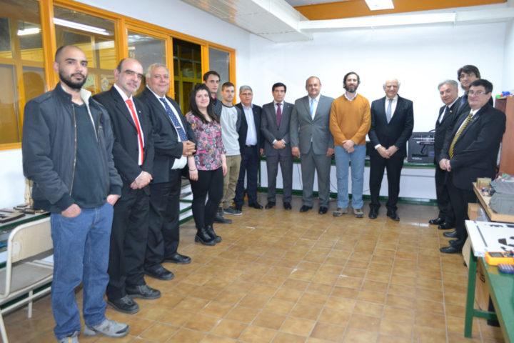 Las autoridades de la Facultad Regional Tierra del Fuego junto a los alumnos y directivos de la firma Roch.