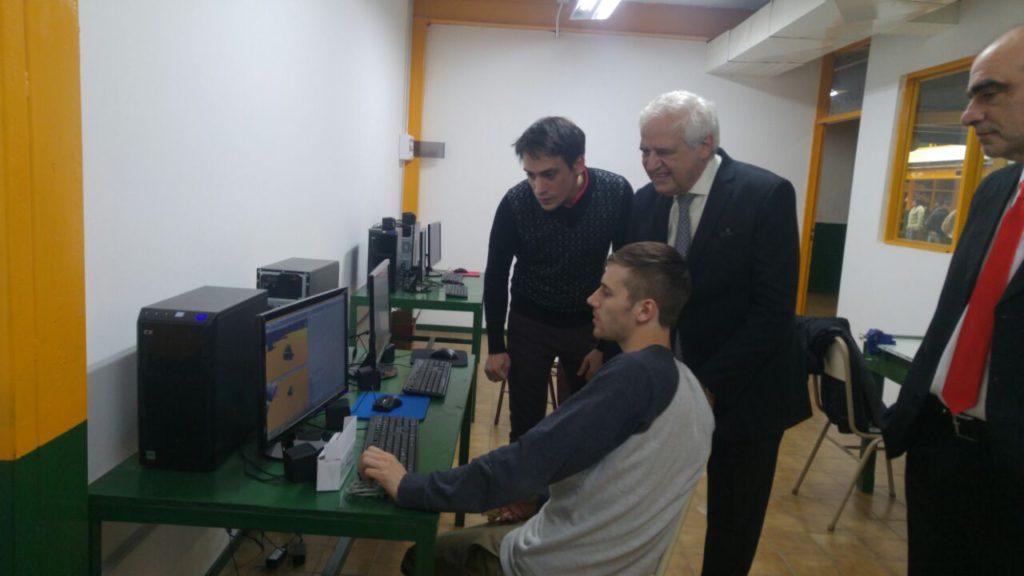 El presidente de la firma Roch, Ricardo Chacra, junto a los alumnos responsables del laboratorio 3D.