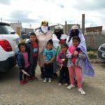 Reyes Magos: padres llevan actividades para los niños y ancianos