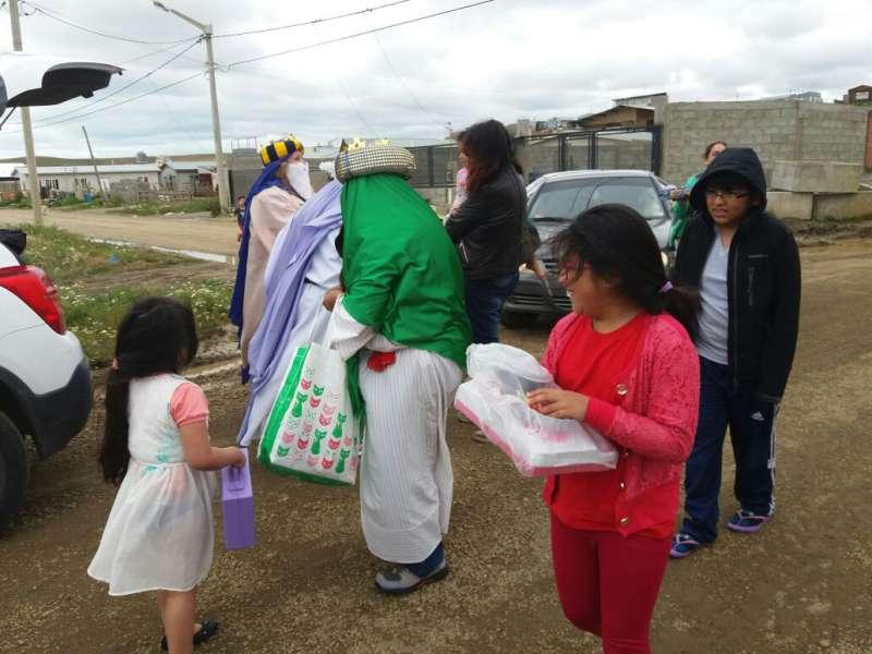 Padres llevan actividades para los niños y ancianos en el Día de los Reyes Magos.