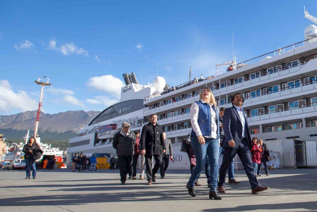 La gobernadora Rosana Bertone destacó el crecimiento del Puerto de Ushuaia que en un año sumó a su muelle 50 nuevas recaladas de cruceros turísticos, pasando de las 282 que recibió en la temporada 2016 a 332 en la temporada 2017.
