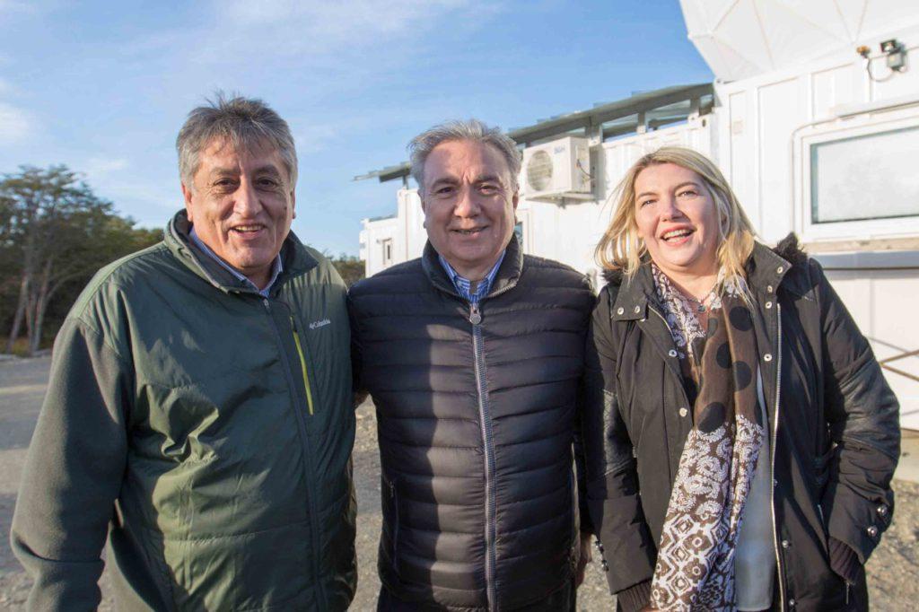 El intendente de Tolhuin, Claudio Queno, junto al ingeniero Mario Ferreyra -Secretario de Políticas Institucionales del Rectorado de la UTN- y la Gobernadora Rosana Bertone.