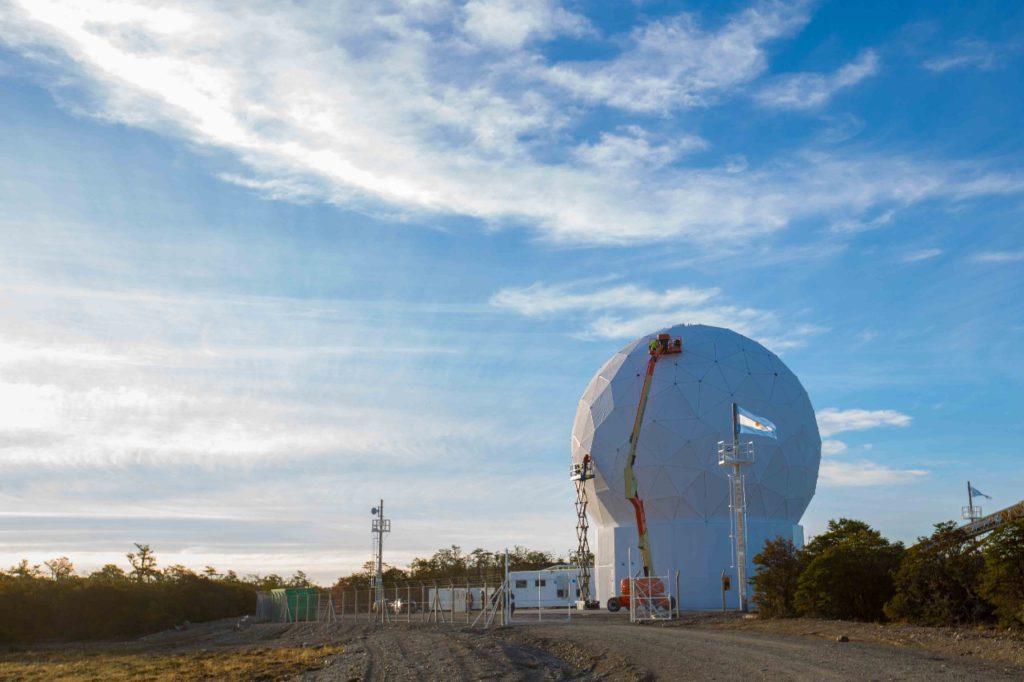 La estación terrena satelital producto del acuerdo entre el Gobierno de la Provincia y la CONAE ya cuenta con un Radomo instalado y pronto estará dando inicio a sus actividades.
