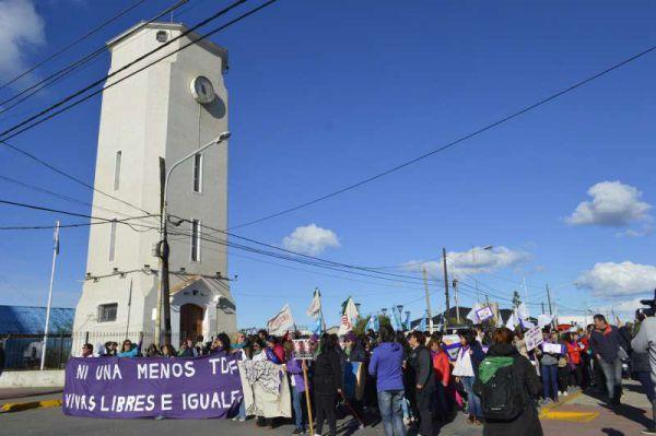 El colectivo de Mujeres activistas y feministas organizadas a partir de las diferentes asambleas, y en esta ocasión, acompañadas por una importante cantidad de integrantes de organizaciones sindicales, coparon las calles de la ciudad de Río Grande.